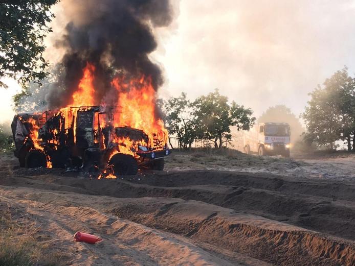 De Dakar-truck van Martin van den Brink staat in lichterlaaie.