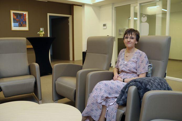 Anja Schellens in een van de ruimten waar de zorgbehoevenden vanaf maandag kunnen vertoeven.