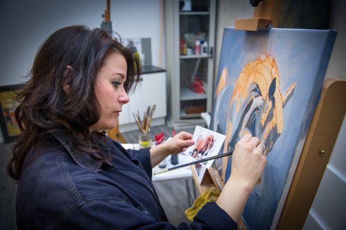 Kunstenares Mirelle Vegers aan het werk. Haar taak in de maand november: elke dag één schilderij.