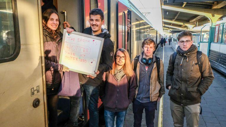 Charlotte Beerten, Dorian Berintan, Vincent Daumerie, Max Eeman en Wolf France namen vanmorgen de trein in Kortrijk.