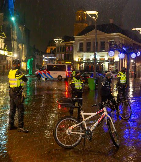 Vijftig jongeren in Zwolle thuis door de politie bezocht na avondklokrellen, zeker zes aanhoudingen