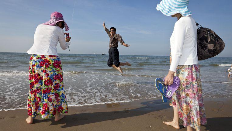 Toeristen op het strand van Scheveningen Beeld anp