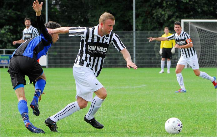 Rutger Worm zet een speler van SC Millingen van zich af.