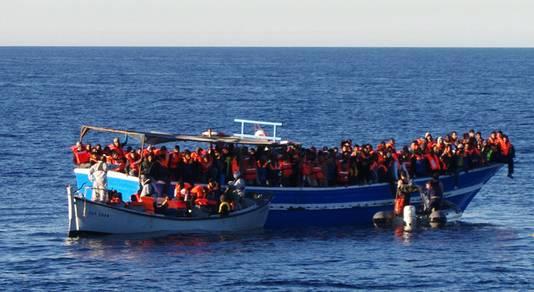 Een boot van de Italiaanse marine vol met vluchtelingen.