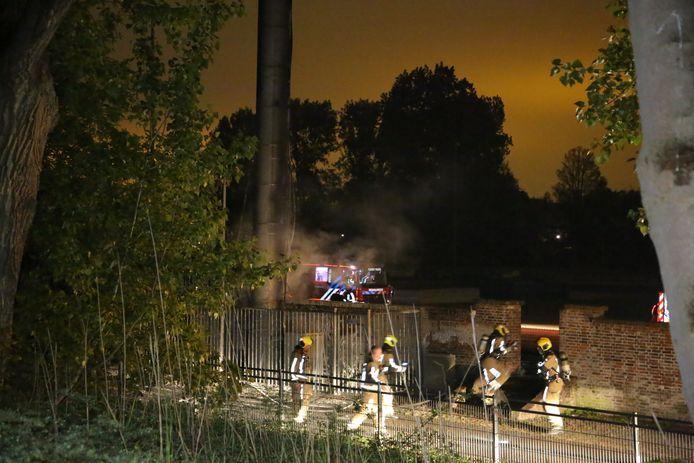 Juist op de dag van de rechtszaak werd in Den Haag bij twee masten brand gesticht, het 22ste en 23ste brandje in Nederland.