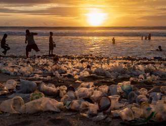 IN BEELD. Amper toeristen op beroemde stranden van Bali, wel tonnen plastic afval
