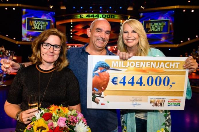 Jeroen, naast Linda de Mol, met de cheque in zijn hand.
