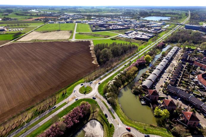 Het is de bedoeling dat de weg die nu nog doodloopt vanaf het bedrijventerrein (bovenaan de foto iets links van het midden), wordt doorgetrokken richting de rotonde bij de wijk Leesten. Dat verbetert de ontsluiting van de Revelhorst aanzienlijk.