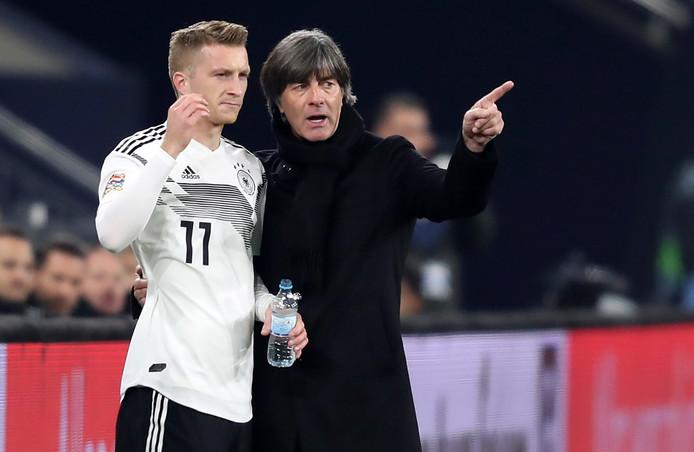 Joachim Loew geeft invaller Marco Reus instructies.