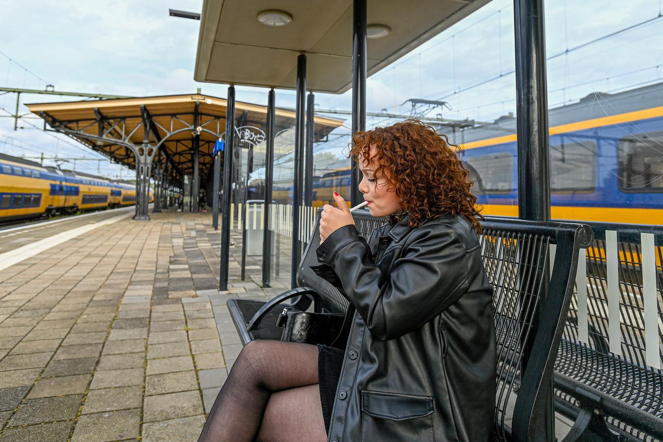 Vorige maand mocht het nog op sommige plekken, nu levert roken op een station een boete op van 95 euro.