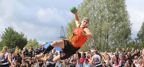 Beachhandbal: vliegertjes en pirouettes op het Bornse zand