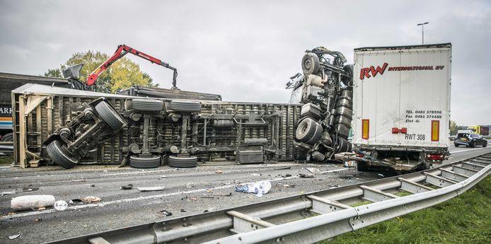 Op de A73 bij de afslag Wijchen is een dode gevallen en zijn zes mensen gewond geraakt door een ongeluk met meerdere voertuigen.