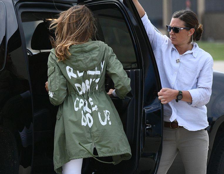 """Melania Trump die op 21 juni 2018 in Maryland vertrekt om migratiekinderen te bezoeken met een jasje waarop """"I really don't care, do u?"""" te lezen staat."""