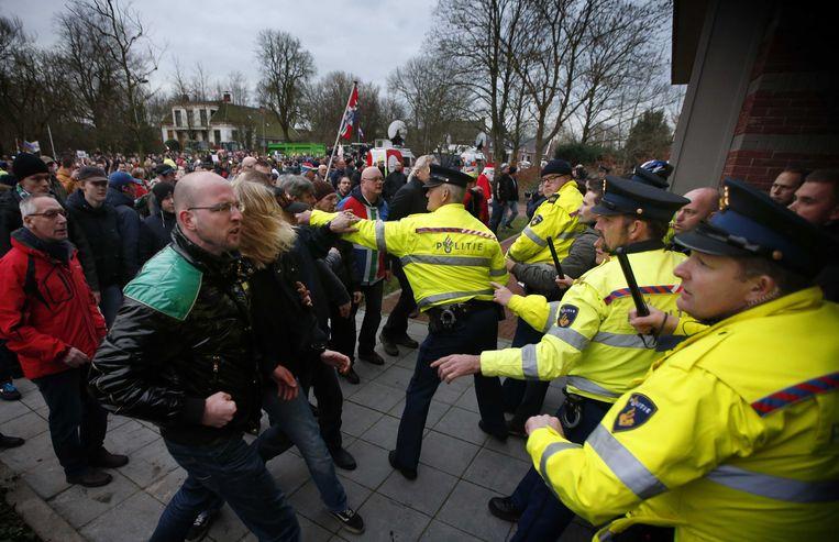Agenten raakten gisteren slaags met demonstranten in Loppersum. Beeld anp
