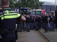 Tientallen boze boeren met trekkers blokkeren transportbedrijf en distributiecentrum in Deventer