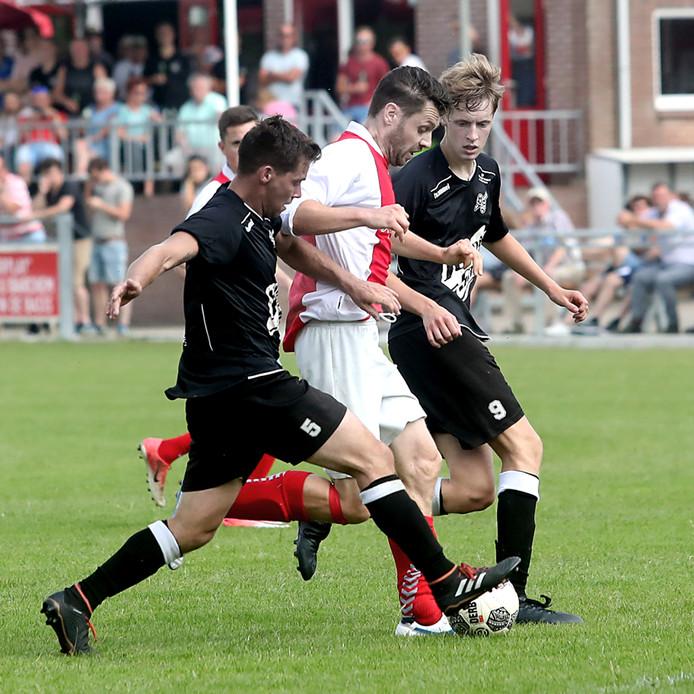 Op het veld van SVBV in Barchem werd de strijd sportief gestreden. SVBV( rood wit) wist de pot te winnen van Neede met 2 tegen 1. Naast het veld daarentegen leidde emotie en spanning van de beslissingswedstrijd tot een handgemeen tussen de fans.