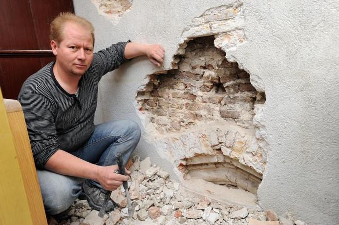 'Eén zo'n muur biedt hoop op meer.' Bouwhistoricus John Veerman toont de vijf eeuwen oude spitsboog die hij vlak boven de vloer van de 19e-eeuwse Droogzolder van het Begijnhof blootlegde. foto Ron Magielse/het fotoburo