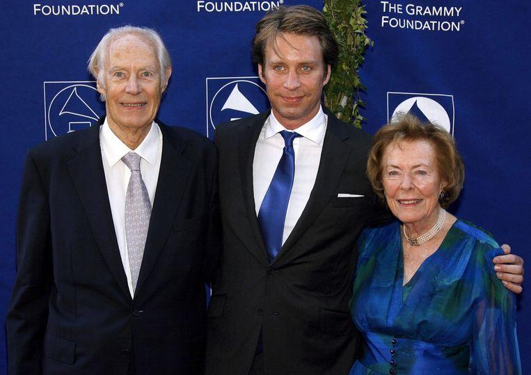Sir George Martin, zijn zoon Giles Martin, en zijn vrouw Judy Lockhart-Smith (L) in 2008. Beeld epa