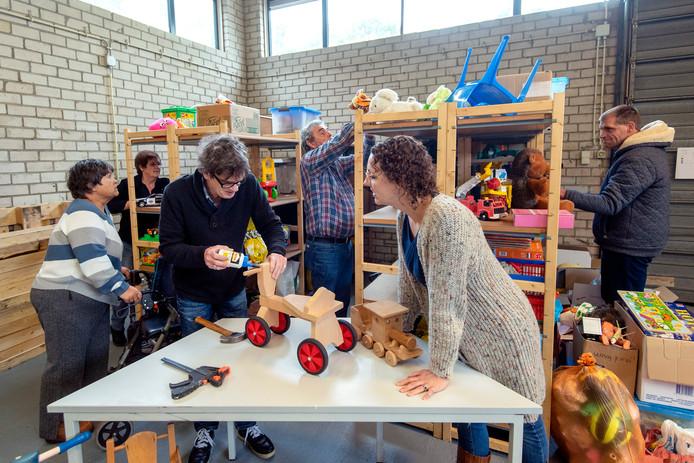 Vrijwilligers knappen speelgoed op voor het Speelgoedparadijs aan de Cardanuslaan in Doorwerth.