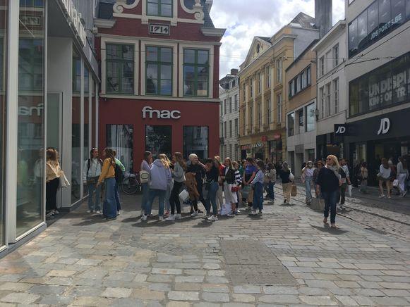 Allemaal in de rij in de Veldstraat, aan Stradivarius.