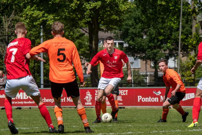 Bjorn de Bruijn (midden) zag zijn ploeg volledig terug in de titelstrijd komen na de zege op Beek Vooruit.