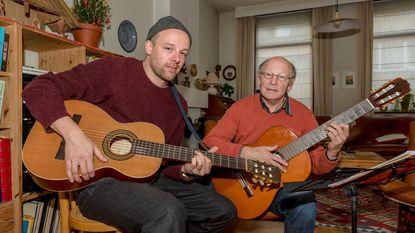 Frontman The Van Jets samen met vader op podium