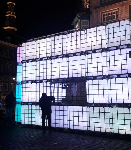 Lichtgevende muur op Bossche Markt; wat schuilt daarachter?