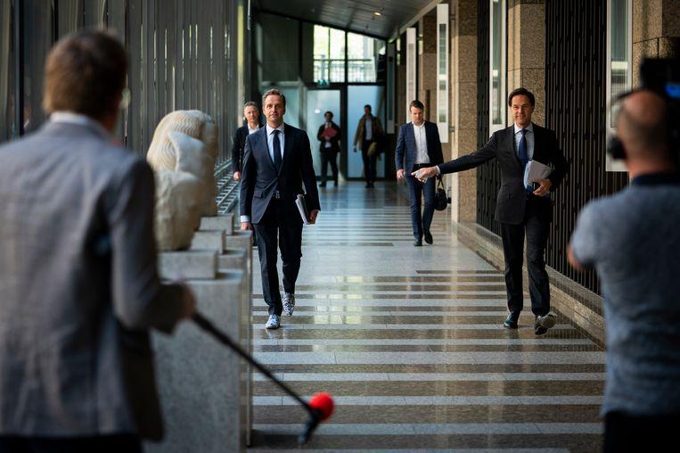 Mark Rutte en Hugo de Jonge donderdag voor aanvang van het debat over de coronacrisis. Beeld Freek van den Bergh / de Volkskrant