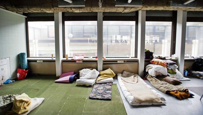 De groep uitgeprocedeerde asielzoekers die sinds maandag in Amsterdam rondzwerft heeft woensdagavond zijn intrek genomen in een gekraakt kantoorpand aan de Van de Sande Bakhuijzenstraat in Amsterdam-West.