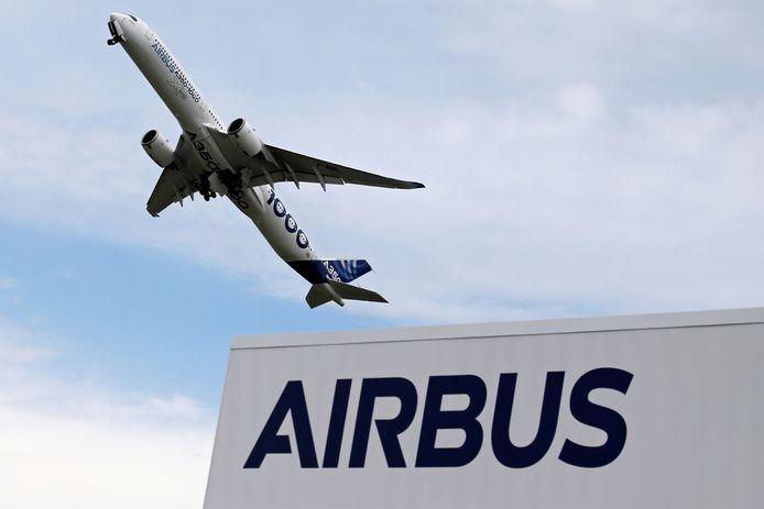 Een Airbus A350-1000 tijdens de internationale vliegshow in Parijs