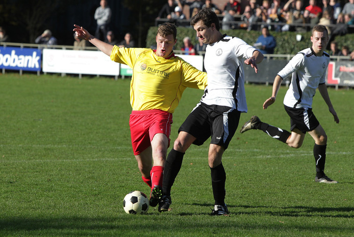 De voetballers van Eefde (wit shirt) moeten het na dit seizoen zien te rooien zonder trainer Herman van Zeijts.
