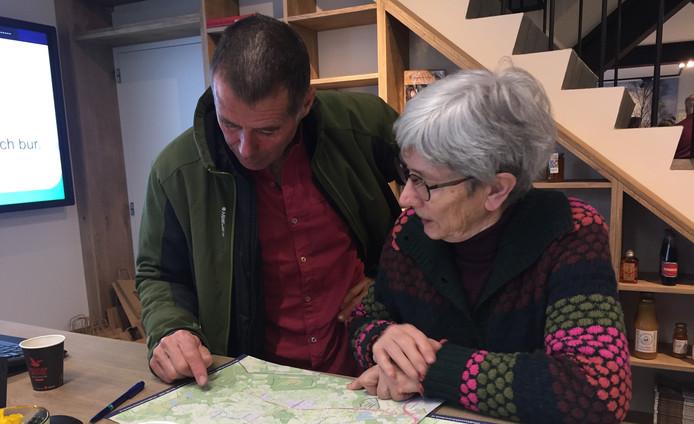 Molenaar Erwin Moonen (L) en Ria Bonenkamp (R) van het toeristisch inforpunt in Hilvarenbeek in het nieuwe Bezoekerscentrum Hilvarenbeek