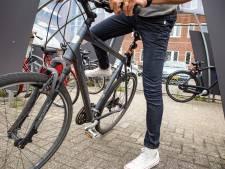 Slingerende fietser veroorzaakt aanrijding met scooterrijder en gaat ervandoor