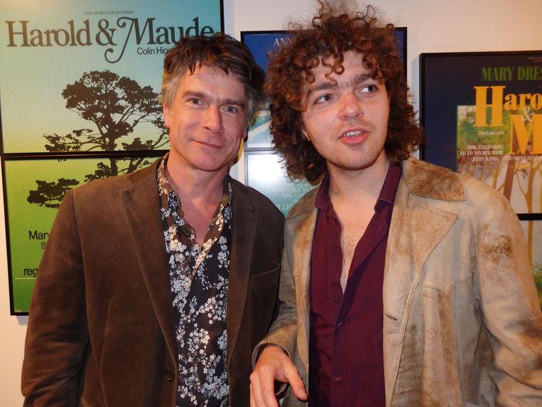 Marcel de Groot (l), vaste gitarist van Maarten van Roozendaal, en Flip Noorman, winnaar 2014 Beeld Schuim