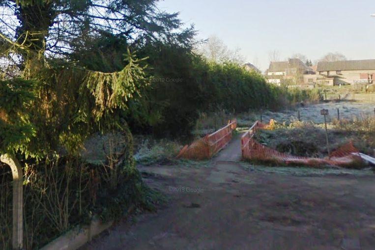De brommer werd teruggevonden aan het brugje in de Melkerijstraat.