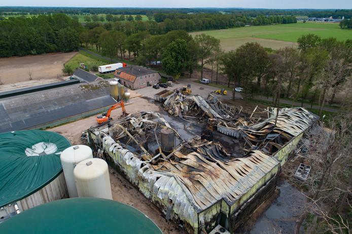 De hal naast de mestvergistingssilo's van pluimveehouderij Huisman is zaterdag door brand verwoest. Op de achtergrond rechts de woonboerderij van de familie Huisman en links de kippenschuur met vrije uitloop.