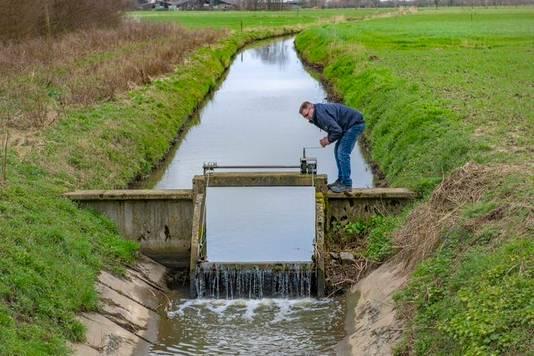 Waterschap Rivierenland zorgt dat er voldoende water in de sloten staat, zodat fruittelers kunnen sproeien om de bloesem te beschermen tegen nachtvorst.