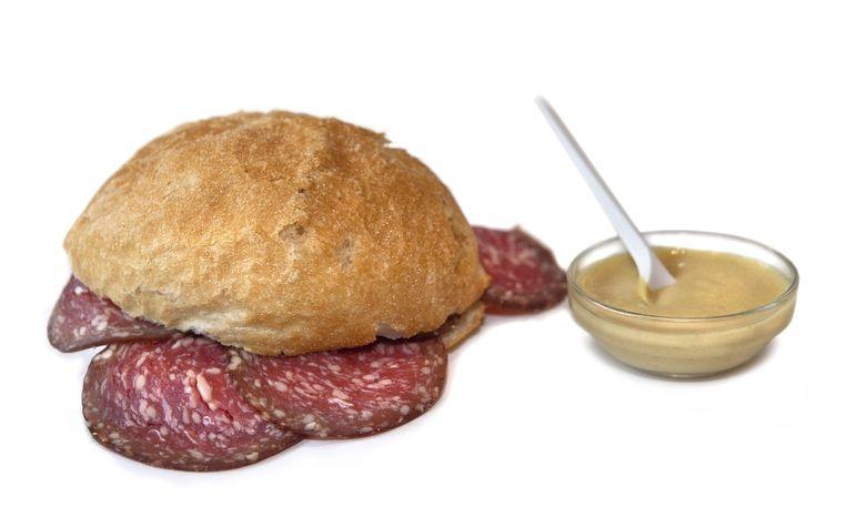 Het broodje ossenworst met mosterd van Sal Meijer, ooit verkozen tot broodje van de week door Het Parool. Beeld Floris Lok