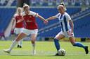 Vivianne Miedema in duel met Megan Connolly.