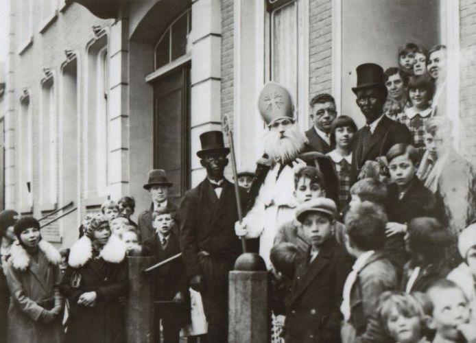 Een Oisterwijkse Sinterklaas uit de jaren '30 (vermoedelijk Jan Merkelbach), vergezeld door pieten die meer van schoonsteenvegers weg hebben.