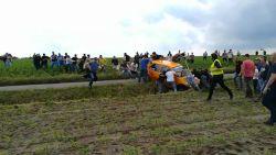 Omstaanders trekken auto's uit de gracht tijdens rally in Wervik
