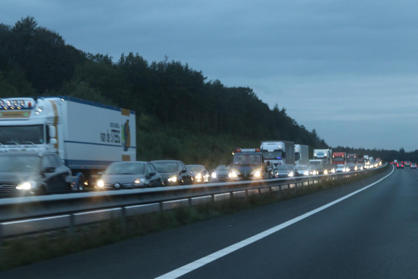 Het verkeer op de A50 van Apeldoorn naar Arnhem liep vast.