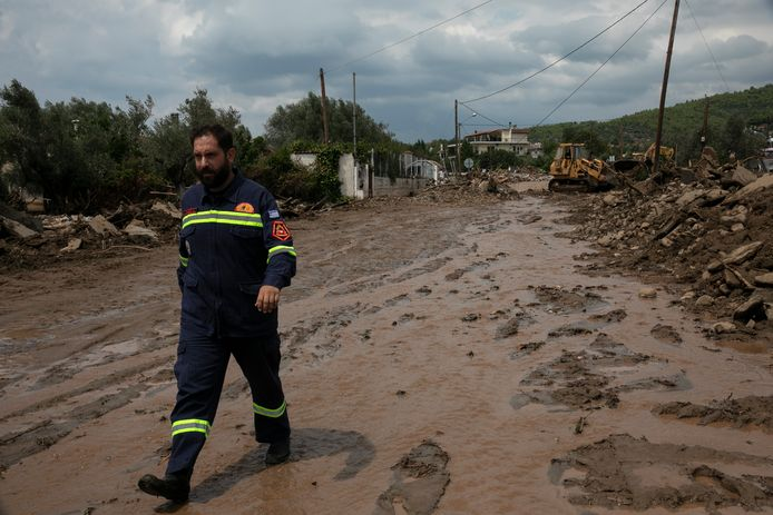 Een lid van de civiele bescherming inspecteert de situatie na de stortregens in Politika.