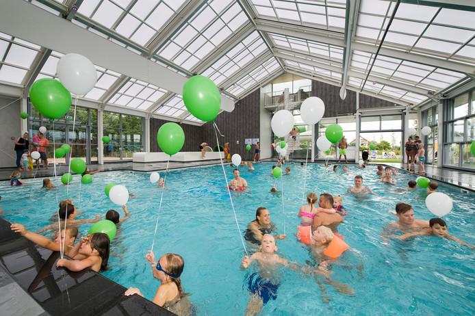 Nieuw zwembad eiland van maurik in gebruik genomen buren for Zwembad uden