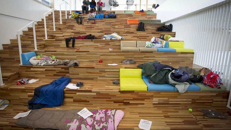 Slaapzakken lagen klaar in de International School Almere. Beeld anp
