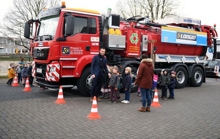 Bedrijfsleider Bert Longin gaf in Wilselse verkeersles aan leerlingen.