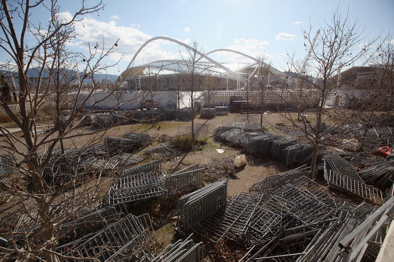 Stapels dranghekken bij het olympisch stadion in Athene. Beeld Getty Images