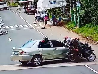 Auto maakt rechtsomkeer en botst met motorfiets