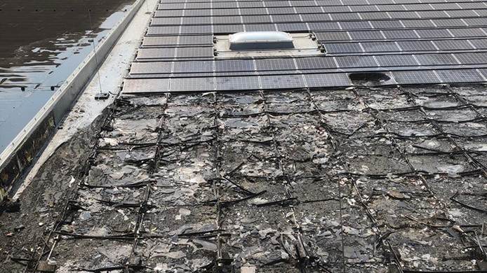 Verbrande zonnepanelen op het dak van de Gazelle fabriek in Dieren.