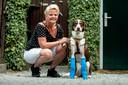 Hond Balou met baasje Sandra. Balou is geopereerd waardoor hij nu weer rechtop kan staan.